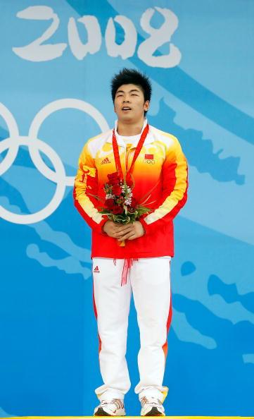 图文-男子举重85公斤级决赛 陆永夺冠高唱国歌