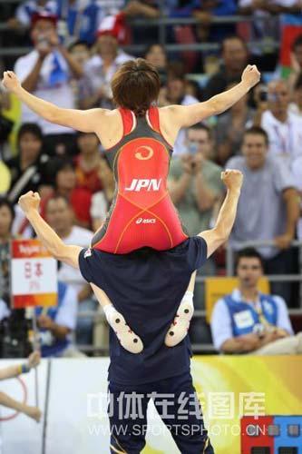 图文-女子自由式摔跤55KG许莉摘银 完美的组合
