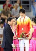 图文-女子自由式摔跤55KG许莉摘银 接受银牌时刻