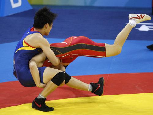 图文-自由式摔跤55KG许莉摘银 许莉陷入被劫