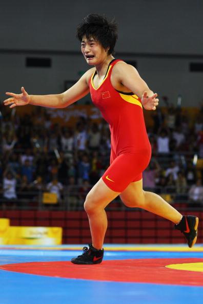 图文-女子72公斤级自由式摔跤 王娇夺冠跑下场地