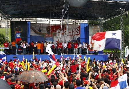 Photo: Panamanians celebrate gold medalist's return