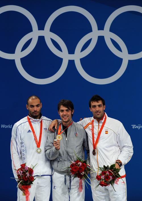 图文-[奥运]男子重剑个人决赛 塔利亚里奥尔展示金牌
