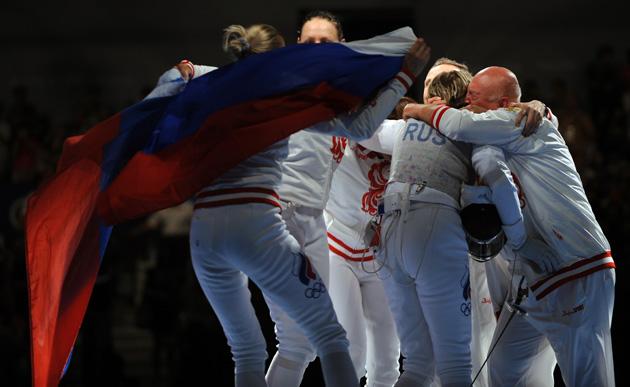图文-[奥运]击剑女子花剑团体 俄罗斯队庆祝冠军