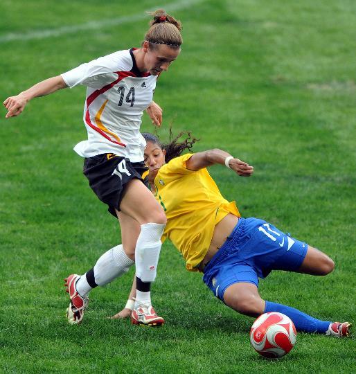 图文-[奥运会]德国女足0-0巴西 克里斯蒂安妮铲球