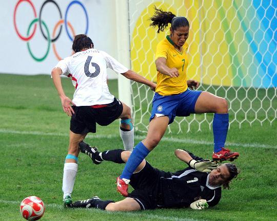 图文-[奥运会]德国女足0-0巴西 丹尼埃拉门前抢点