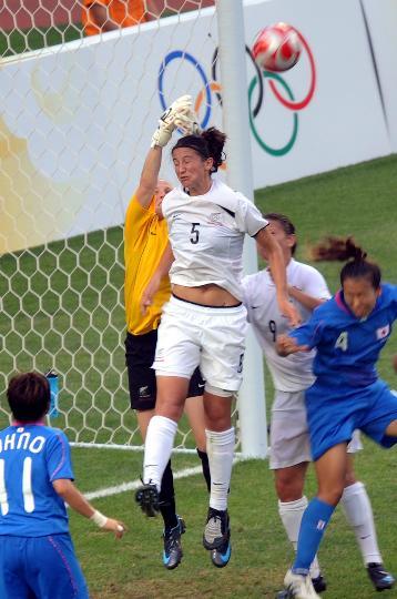 图文-[奥运会]女足日本2-2新西兰 埃尔斯格争顶