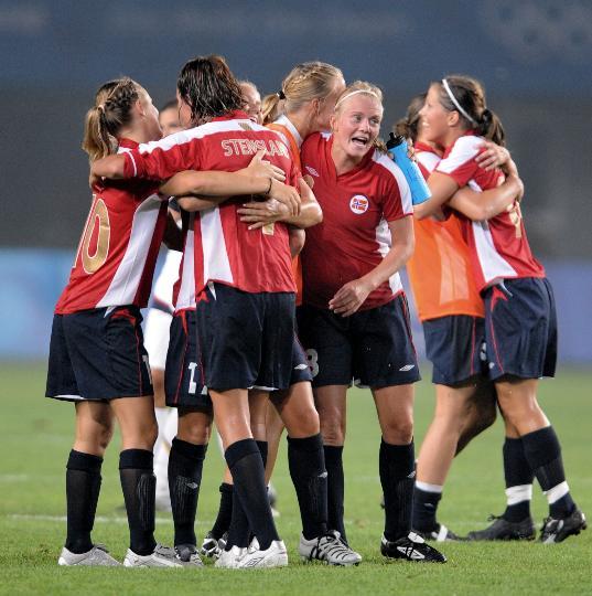 图文-[奥运会]女足挪威2-0美国 挪威队欢庆胜利