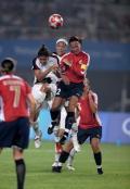 图文-[奥运会]女足挪威2-0美国 双方争顶头球