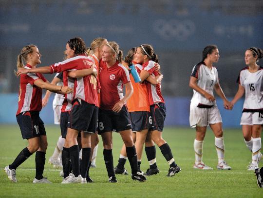 图文-[奥运会]女足挪威2-0美国 挪威球员庆祝胜利