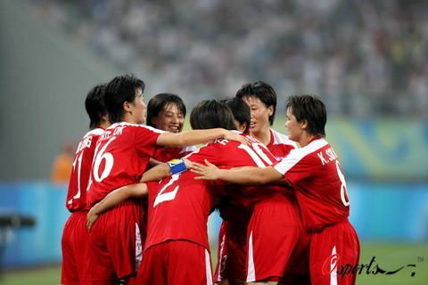 图文-[奥运会]朝鲜女足VS尼日利亚 团结的朝鲜队