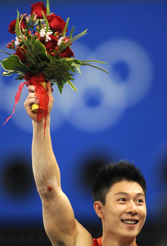 图文-[奥运]体操男子双杠决赛 李小鹏笑逐颜开
