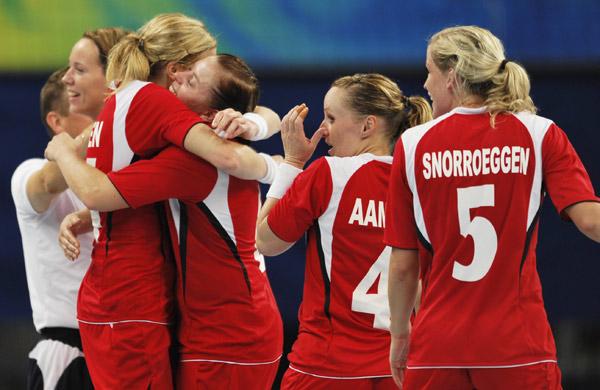 图文-[奥运]女子手球决赛 挪威姑娘欢庆胜利