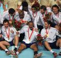 图文-[奥运]男子手球决赛 法国队手持金牌欢庆
