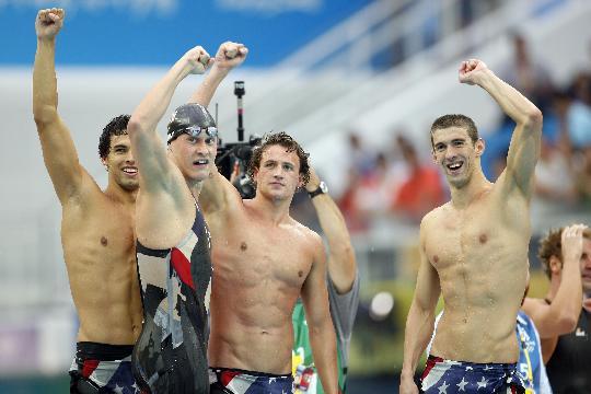 图文-美国男队4x200米自破纪录 决赛后庆祝胜利
