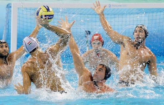 图文-14日水球比赛赛况 门前乱成一团