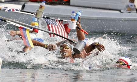 图文-女子10公里公开水域决赛 在水中也要喝口水