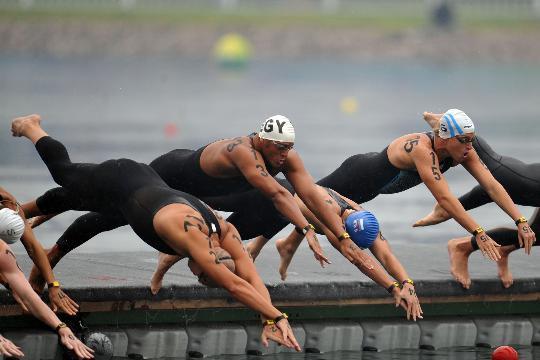 图文-男子10公里公开水域决赛 在比赛中出发