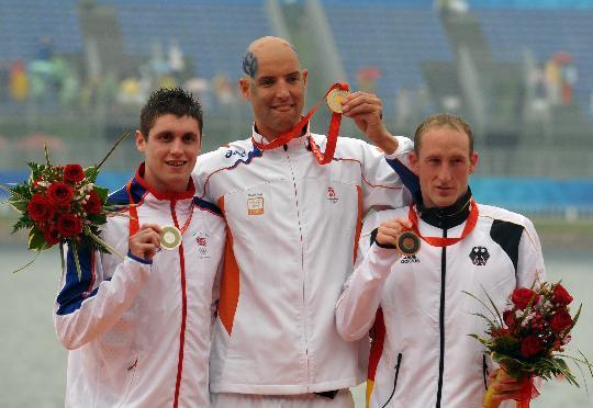 图文-奥运男子10公里马拉松游泳颁奖 前三名合照