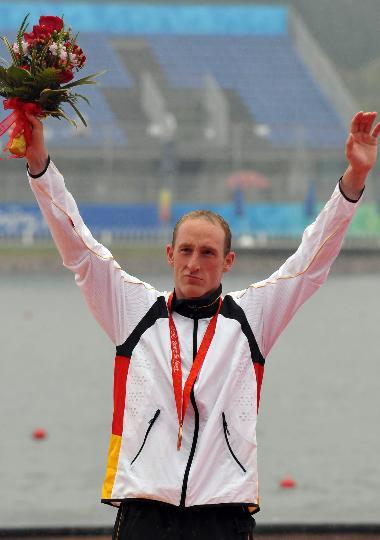图文-奥运男子10公里马拉松游泳颁奖 德国选手