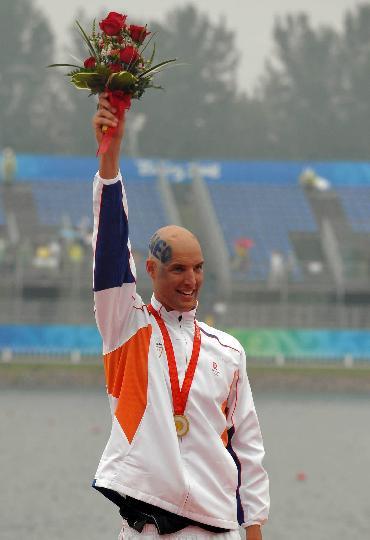 图文-奥运男子10公里马拉松游泳颁奖 荷兰冠军