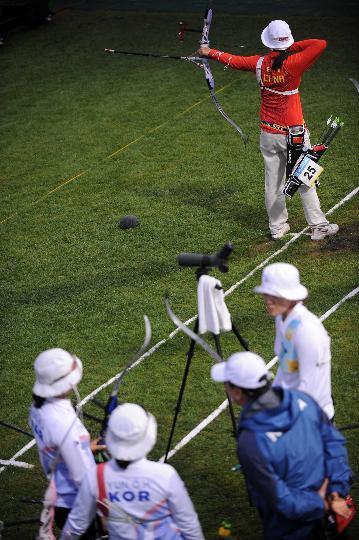 图文-射箭中国队获女团银牌 郭丹瞄准靶心