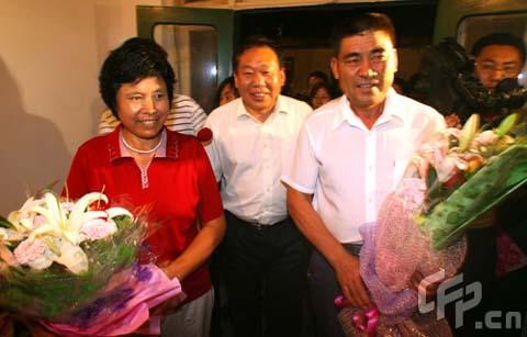 图文-张娟娟夺金后父母家中欢庆 父母是幕后英雄