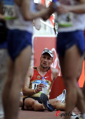图文-北京奥运会男子20公里竞走 很累很口渴