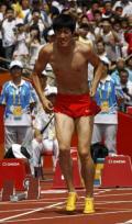 图文-刘翔因伤退出110米栏比赛 已经一瘸一拐了