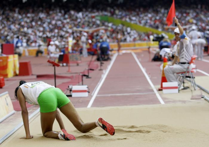 图文-奥运女子三级跳远决赛展开 跪在沙池上