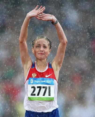 图文-女子20公里竞走决赛 雨中庆祝