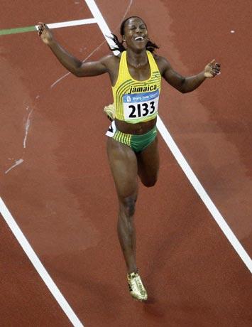 图文-田径女子200米坎贝尔卫冕 享受冠军的快乐