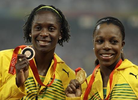 图文-田径女子200米坎贝尔卫冕 与队友合影