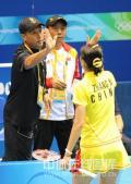 图文-奥运会11日羽毛球女单赛况 击掌相庆