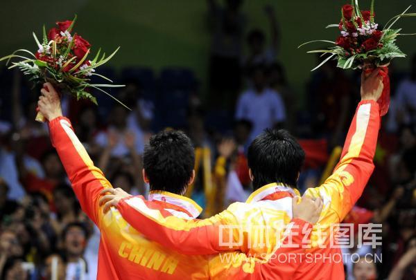 图文-[羽毛球男双]蔡�S/傅海峰夺银 致谢现场观众