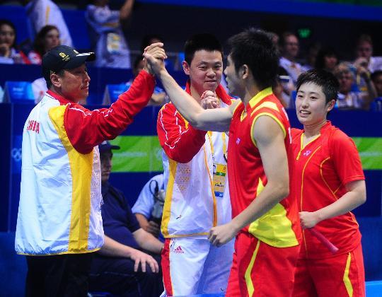 图文-何汉斌/于洋获混双铜牌 赛后与教练庆祝