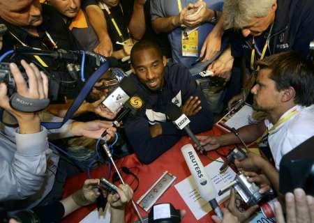 图文-美国男篮召开新闻发布会 科比被媒体包围