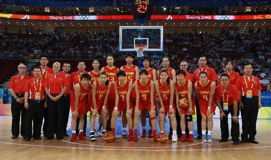 图文-[奥运会]中国女篮67-64西班牙 全体队员留念