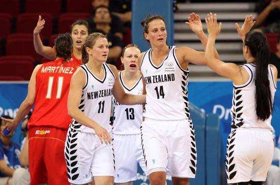 图文-女篮西班牙VS新西兰 击掌相互鼓励