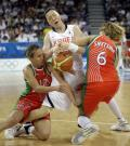 图文-15日女篮小组比赛赛况 防守队员进行夹击