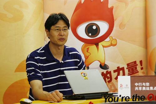 图文-宋涛马重阳点评男篮 宋涛目不转睛