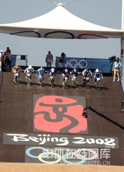 图文-奥运会小轮车女子竞速决赛 选手出发了