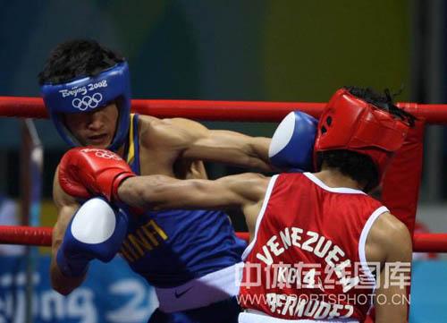 图文-拳击48KG级邹市明进16强 瞄准要害就是一拳