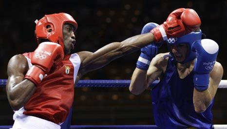 图文-19日奥运拳击赛场赛况 躲过对手直拳