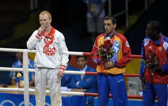 图文-男子拳击60公斤级决赛 季先科亲吻金牌