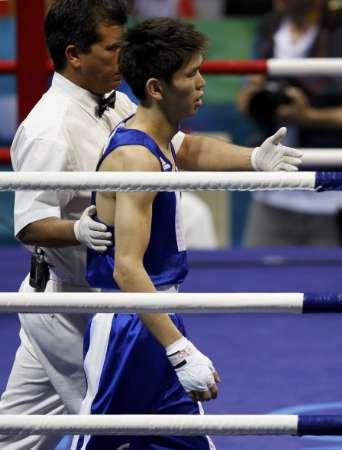 图文-男子拳击48公斤级邹市明夺冠 对手无奈的离场