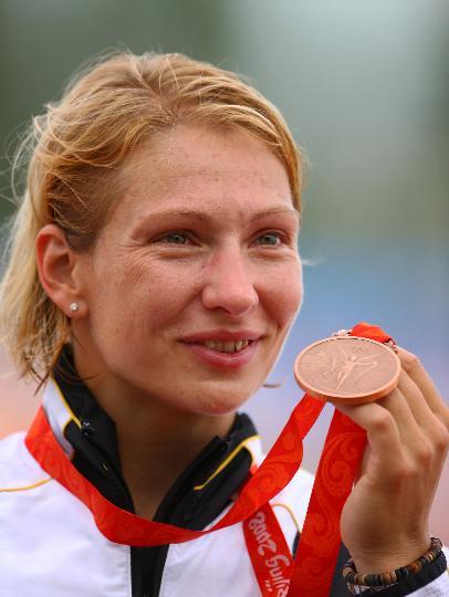 图文-女子单人皮艇500米决赛 奥古斯丁展示铜牌