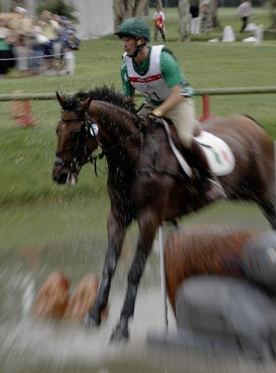图文-奥马三项越野赛在港举行 柯伦纵马越过水塘