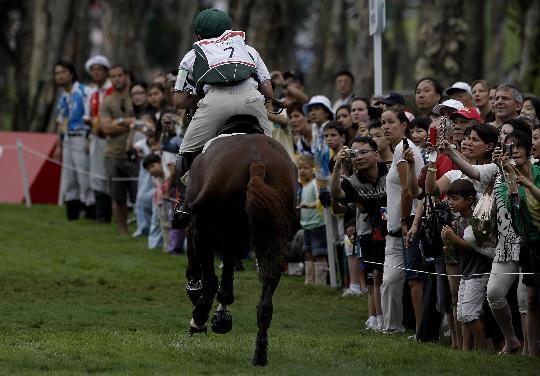 图文-奥马三项越野赛在港举行 爱尔兰骑手奥斯汀