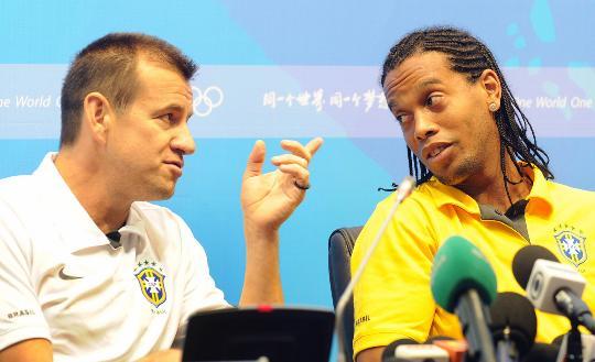 图文-巴西国奥新闻发布会 罗纳尔迪尼奥与教练交谈